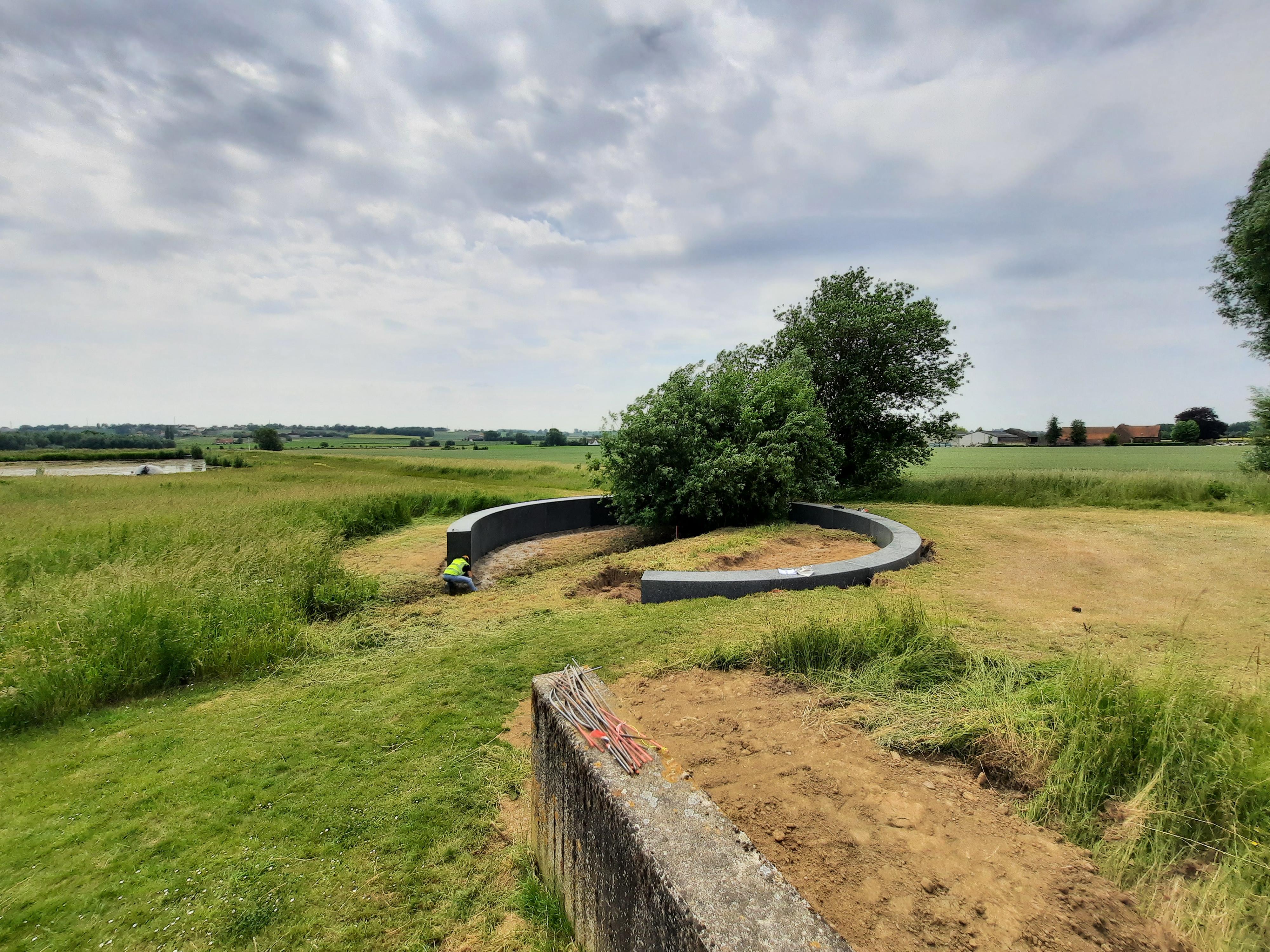 Het Onument op de begraafplaats Hoog-Kortrijk tijdens de afwerkingsfase. (c)Arvid Viaene
