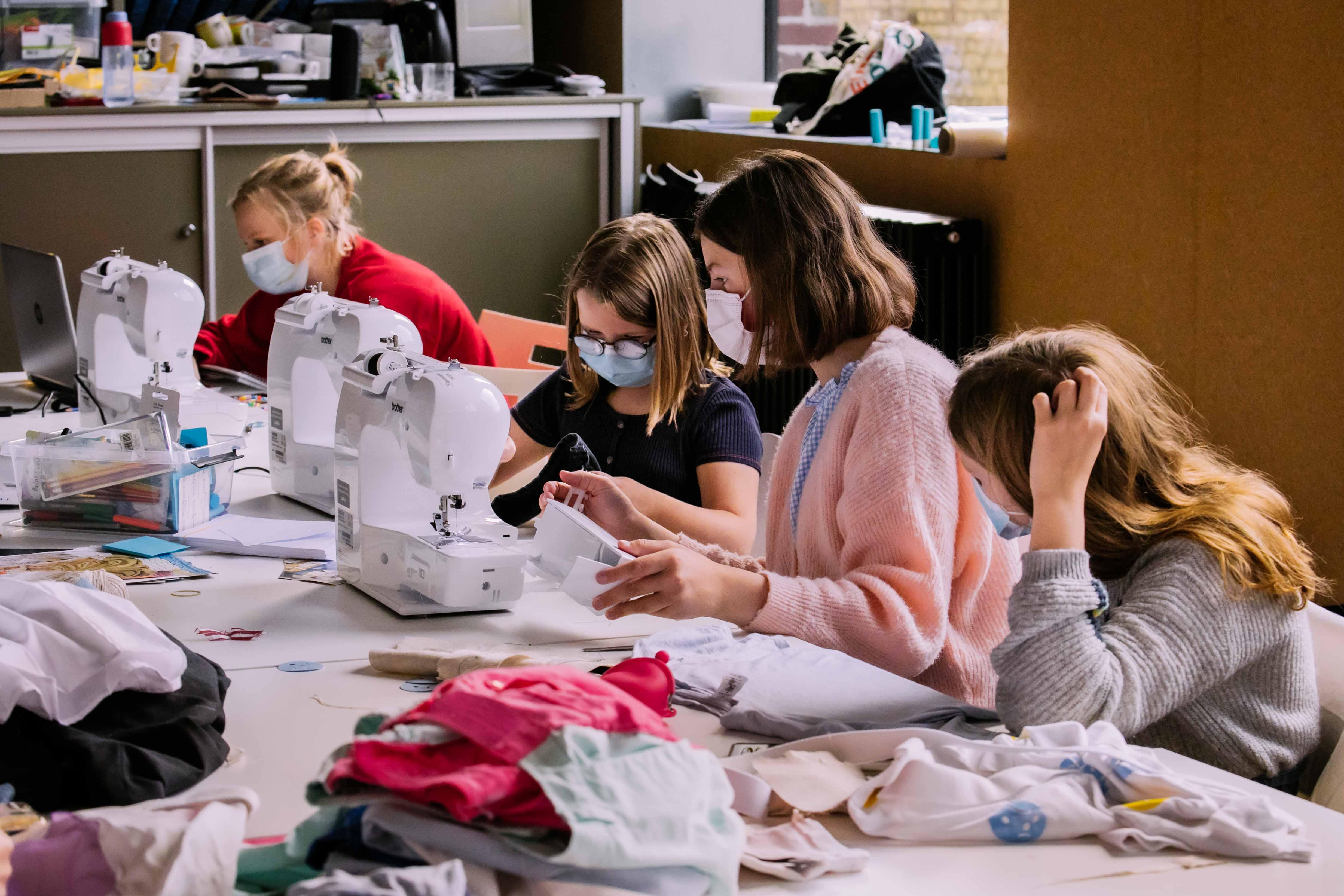 Jongeren bereiden hun fashion collectie voor in het textielatelier van Texture (copyright Stad Kortrijk - fotograaf Jonas Verbeke)