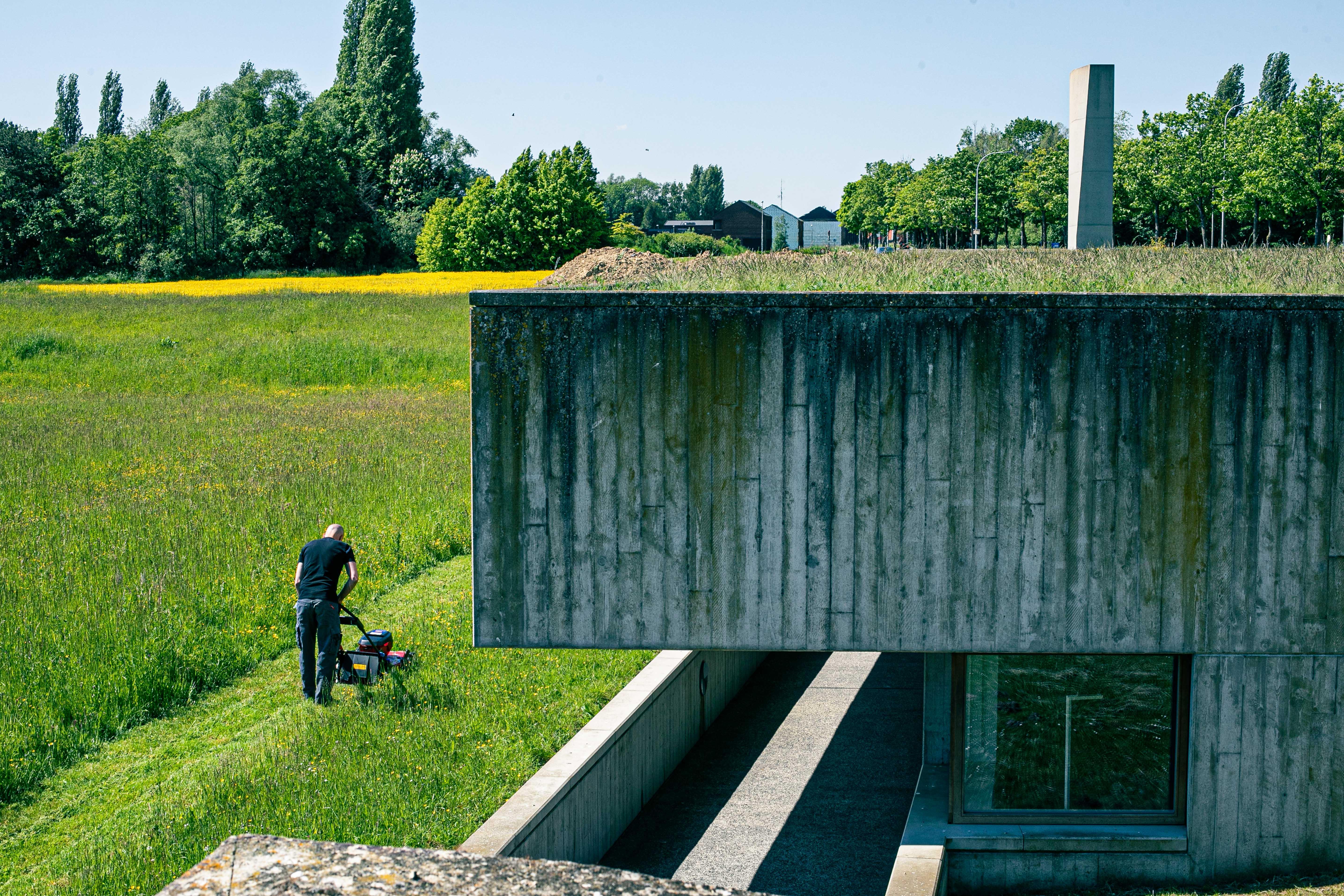 Gras maaien op begraafplaats Hoog Kortrijk.jpg
